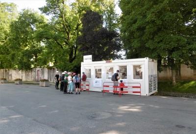 L'entrée de l'exposition est un portakabin qui fait office de caisse, de boutique, de lieu de rendez-vous